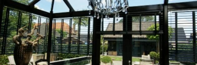 Een mooie houten serre voor uw tuin